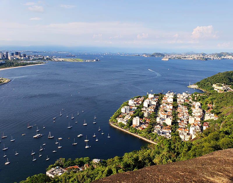 Vista para os prédios do Morro da Urca e Baía de Guanabara
