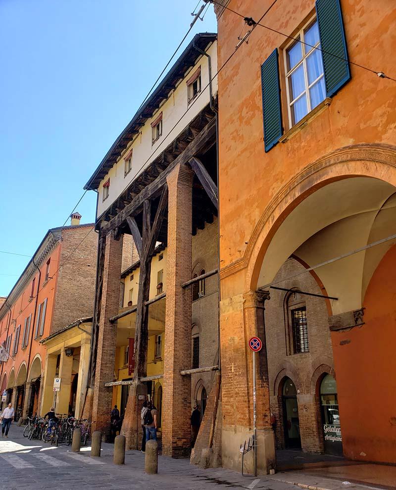 Olha a altura dessa casa antiga em Bolonha!