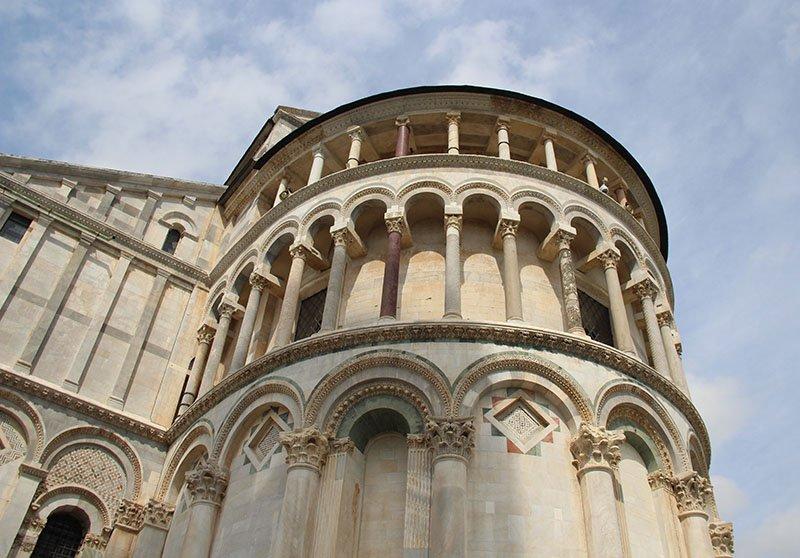 detalhe das colunas na catedral de pisa