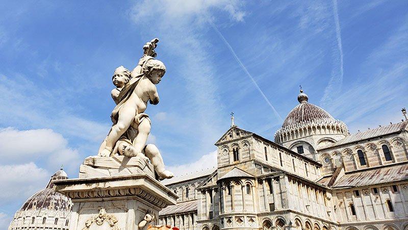 escultura de anjos na frente da cateral e batisterio
