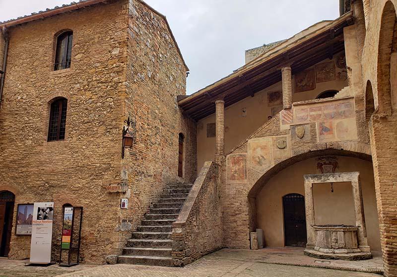 interior de edificio medieval vila toscana