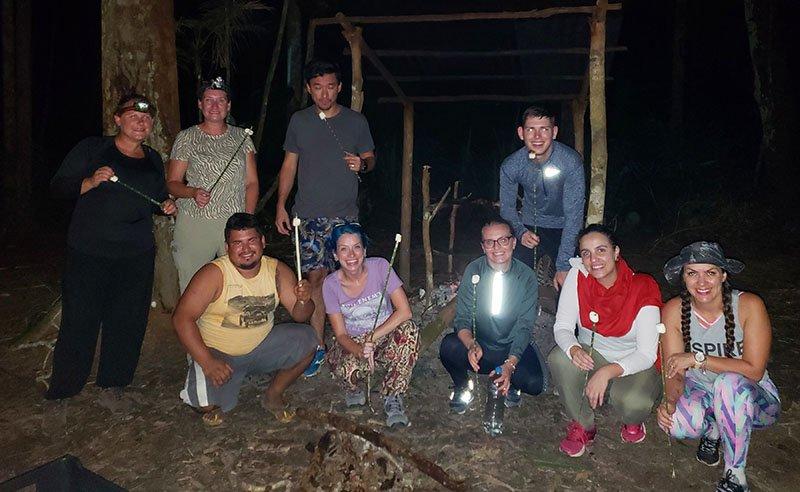 Grupo após a janta no acampamento na selva! viagem para a Amazônia
