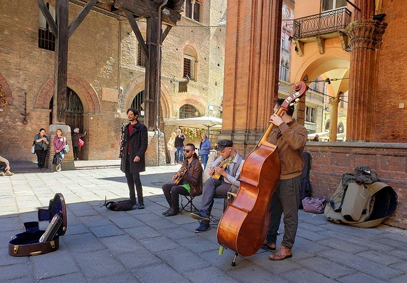 Muitos músicos de rua em Bolonha, rock por todo lado