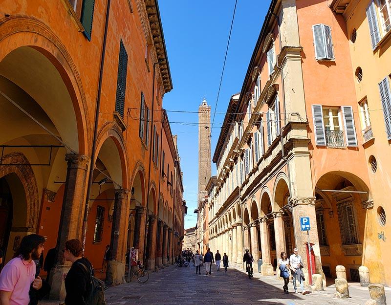 Rua de Bolonha com torre ao fundo