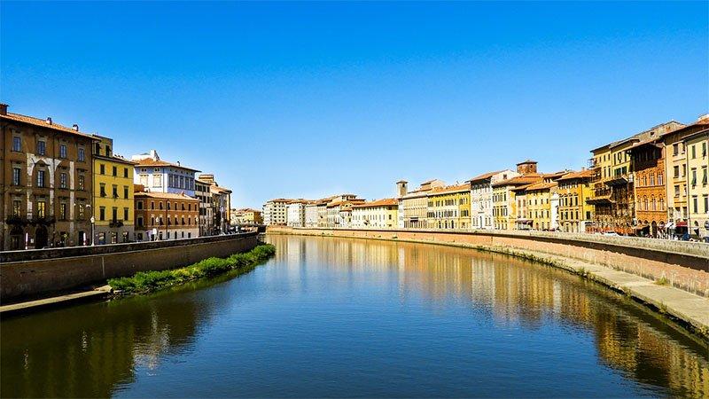 rio arno e edificios coloridos