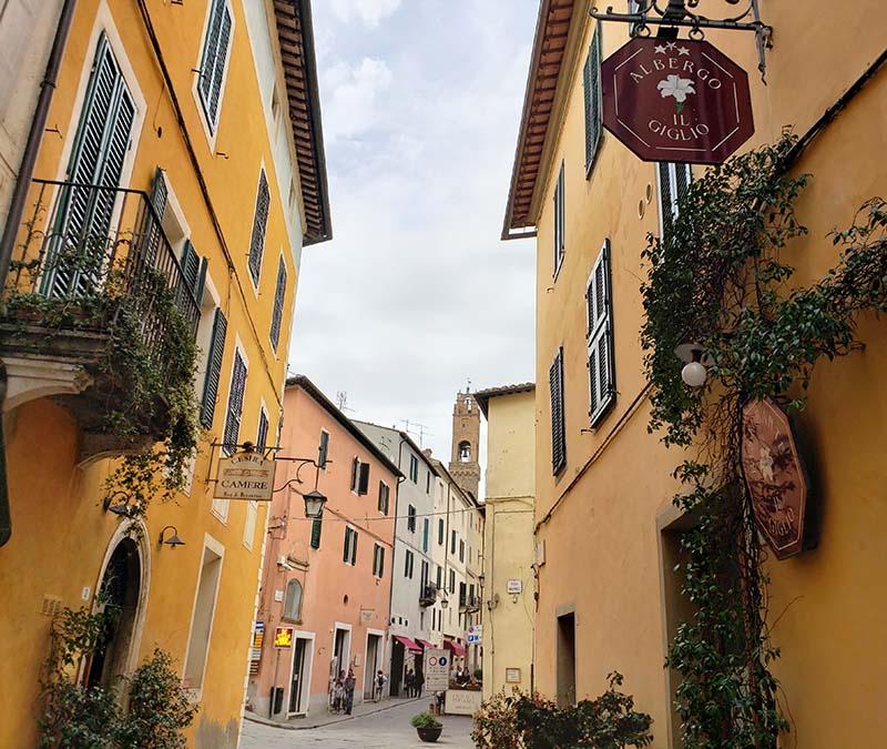 rua em montalcino na toscana