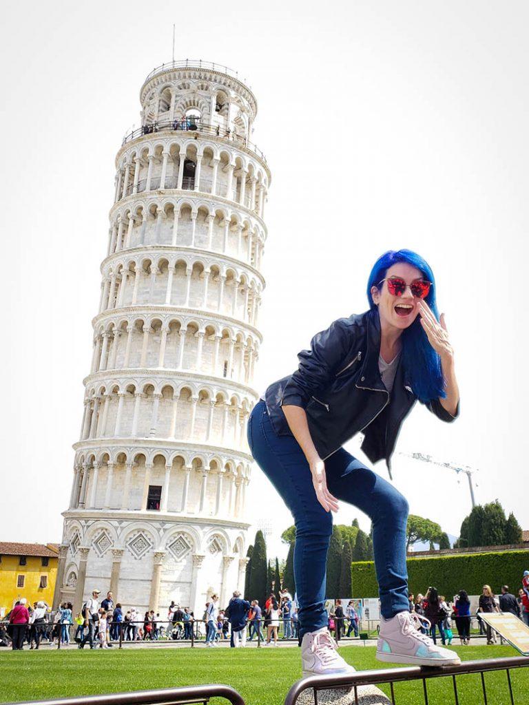 torre inclina de pisa e mulher de cabelo azul empinando a bunda