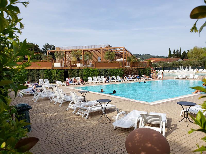 vista da piscina do hotel em florenca