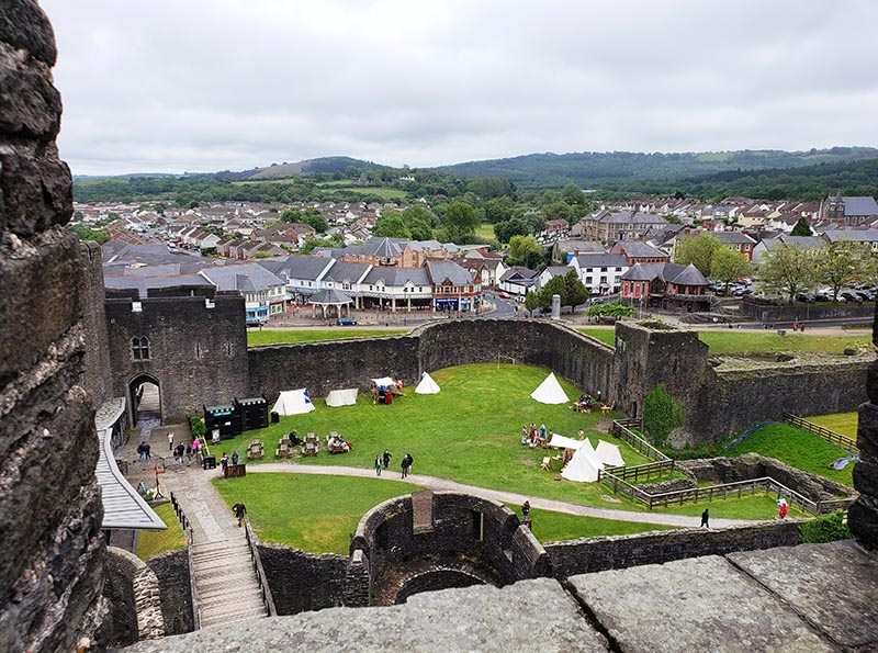 Vista do castelo da Torre e a cidade de Caerphilly ao fundo