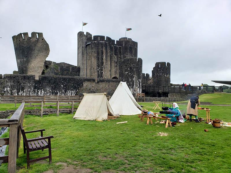 Castelo de Caerphilly e acampamento medieval