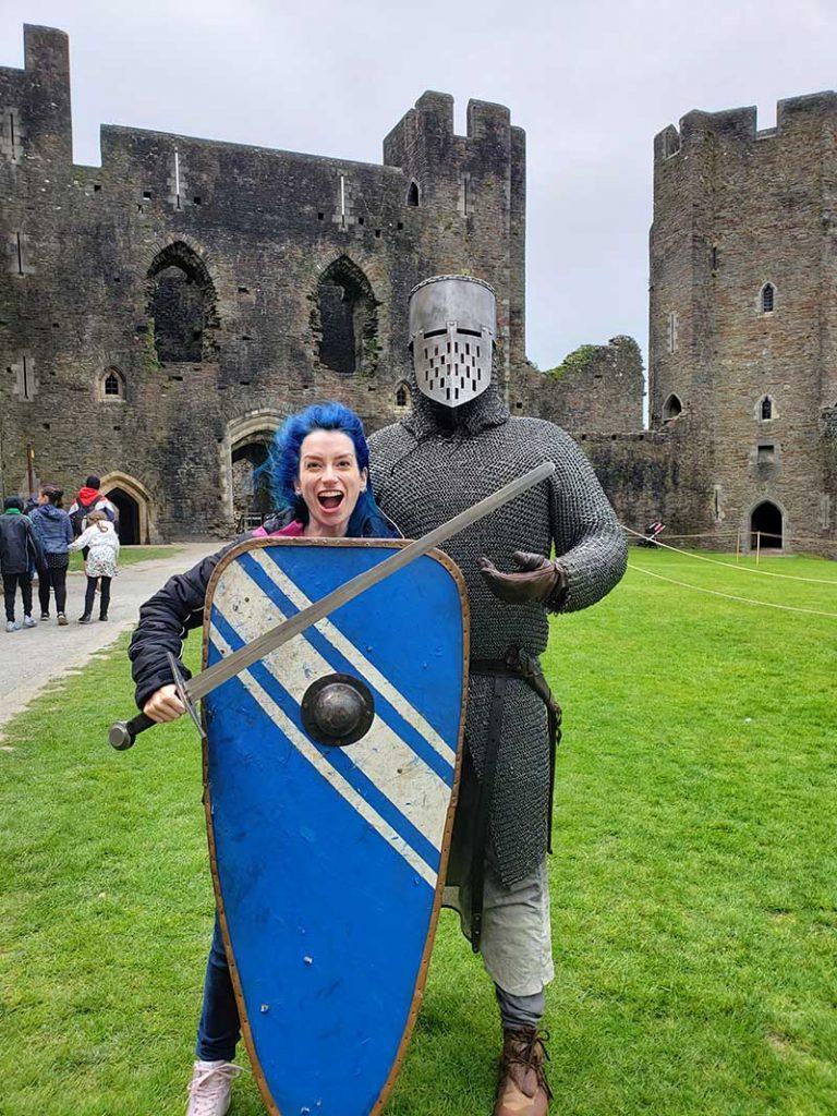 cavaleiro com cota de malha espada e escudo no castelo