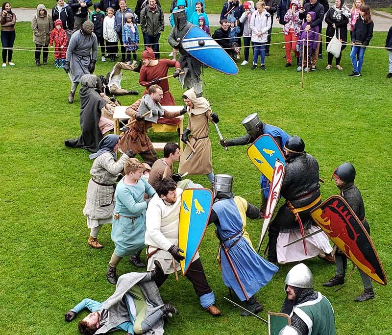 Luta medieval no pátio