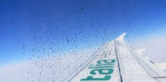 marca alitalia na asa do aviao vista da janela
