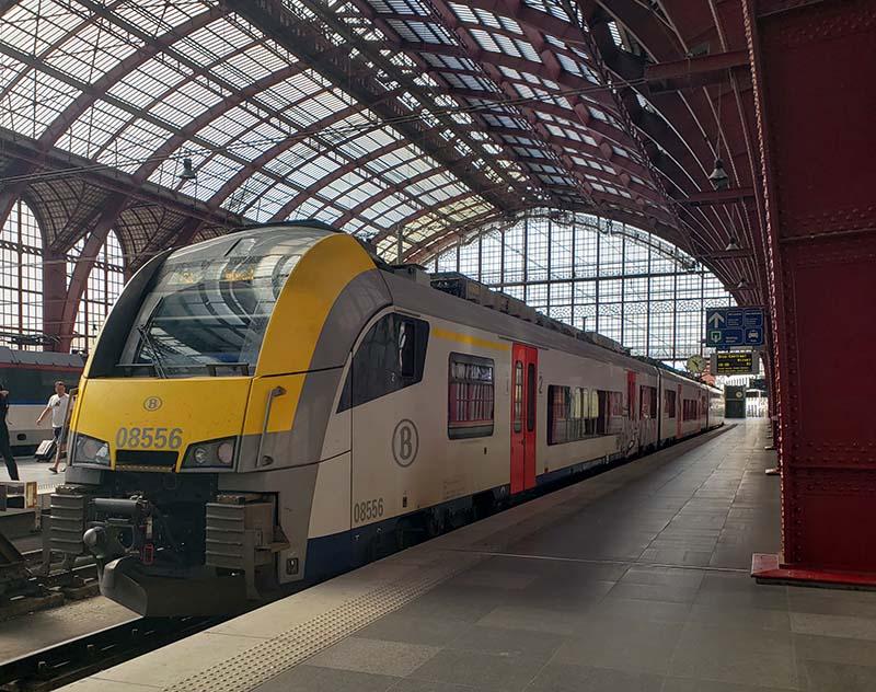 Trem parado na estação de Antuérpia na Bélgica