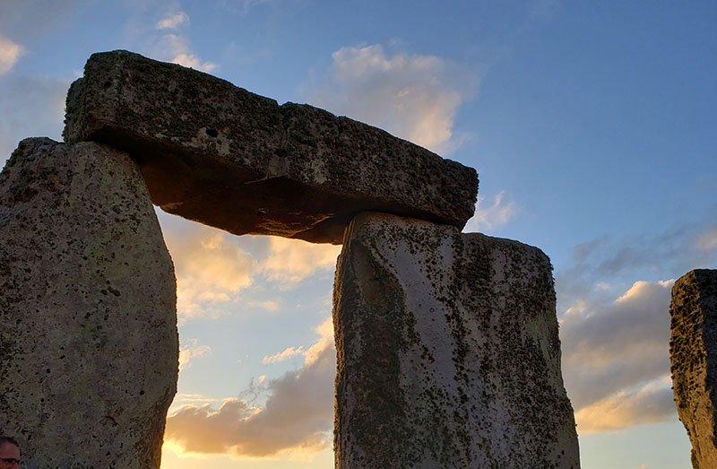 pedras de stonehenge no fim da tarde de verao