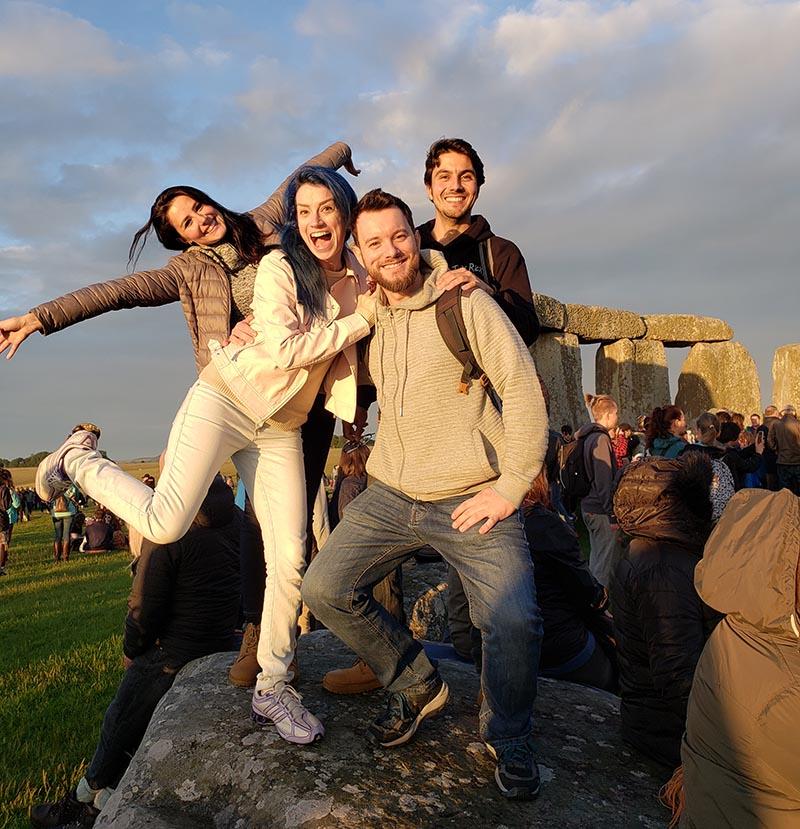 grupo de pessoas Muito felizes visitando Stonehenge!