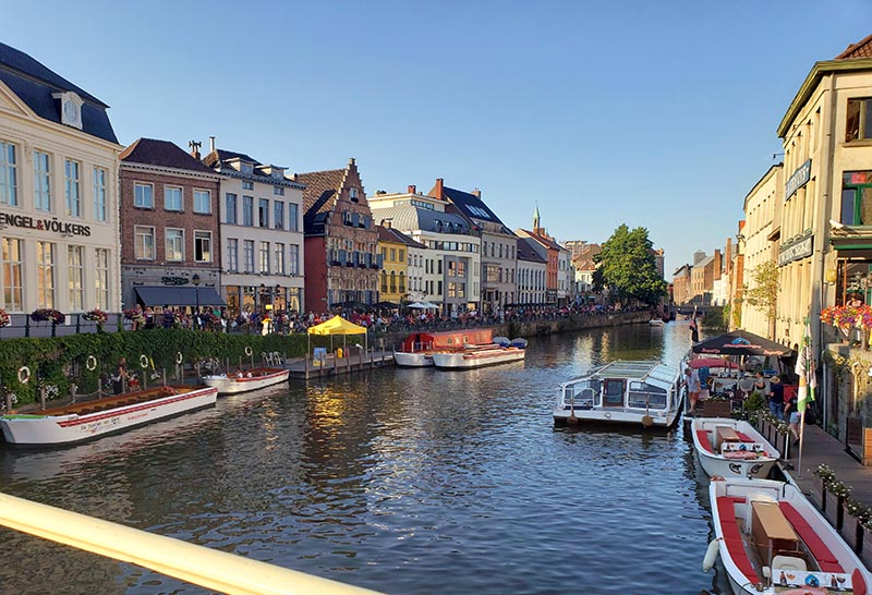 Canal em Gent durante o verão