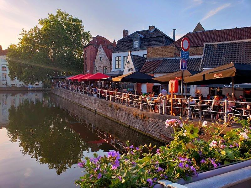 flores na ponte ao por do sol em bruges belgica
