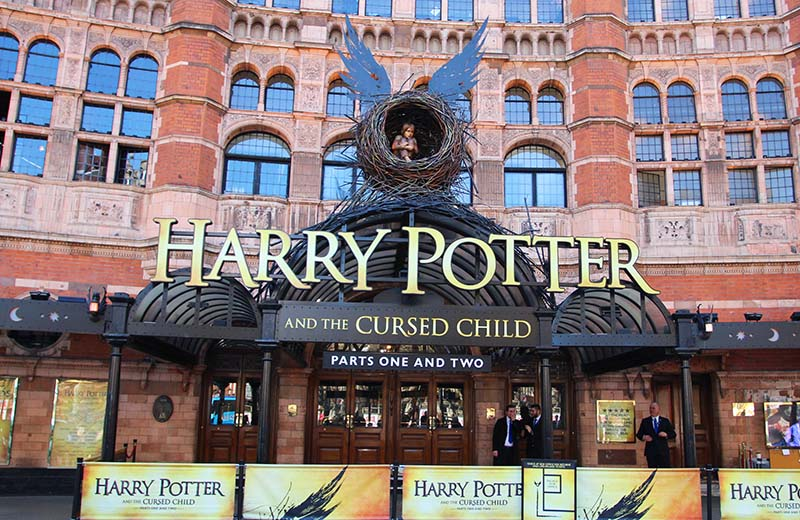 Fachada do teatro e a peça Harry Potter and the Cursed Child