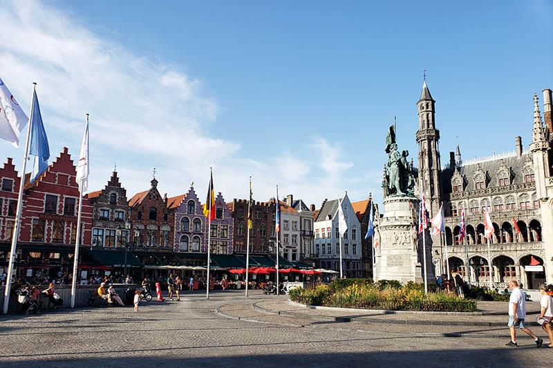 praça grote markt em bruges restaurantes e escultura