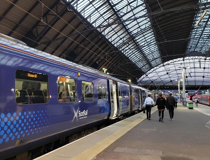 Trem parado da ScotRail na estação de Glasgow