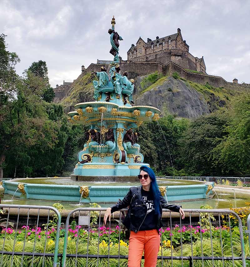 Fonte verde da Princes Gardens e Castelo ao Fundo no topo da Colina