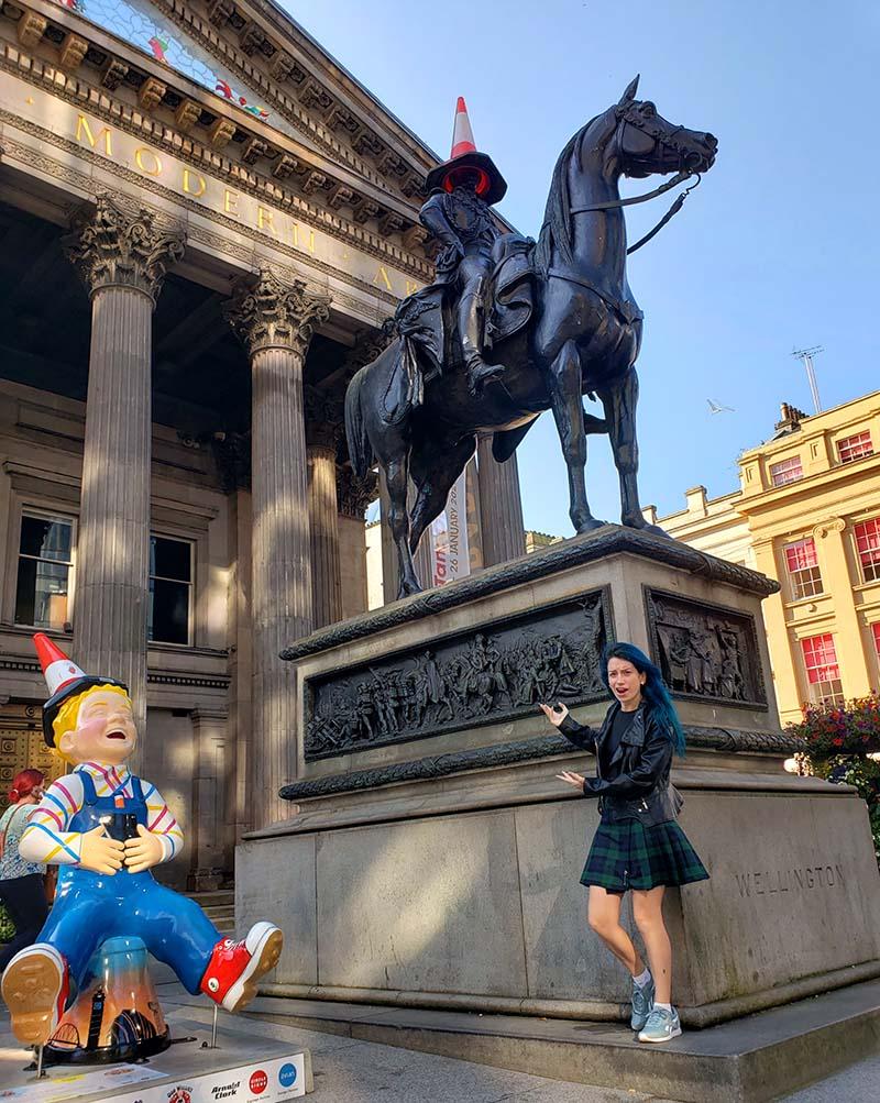 goma museu arte moderna em glasgow estatua com cone na cabeca