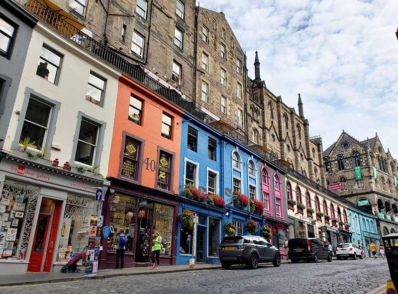 lojas coloridas na victoria street rua mais fotografada da escocia