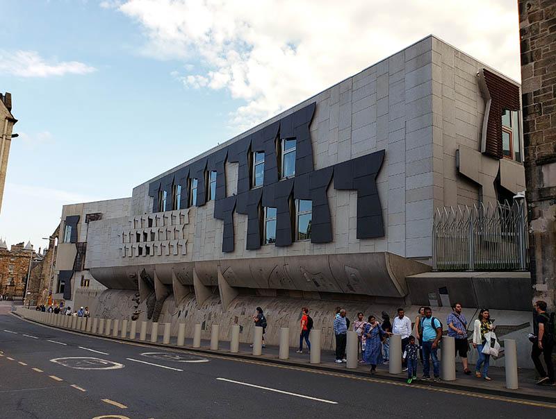 Lateral do prédio do Parlamento Escocês