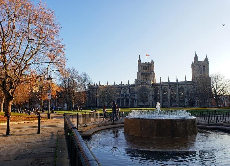 catedral de bristol praca fonte num dia de outono