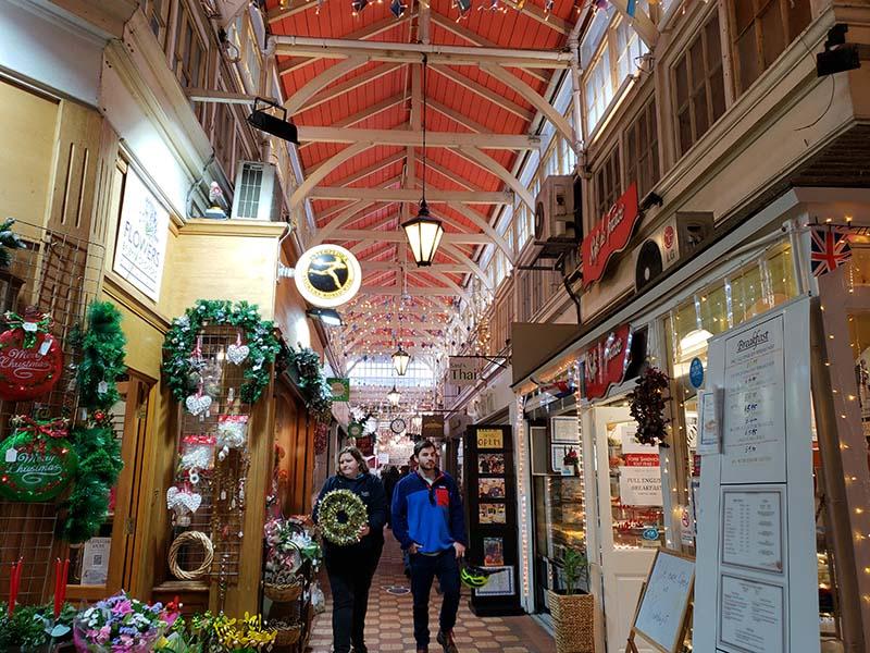 mercado coberto ingles com detalhes natalinos
