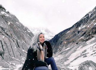 mulher sentada na neve com cabelo branco