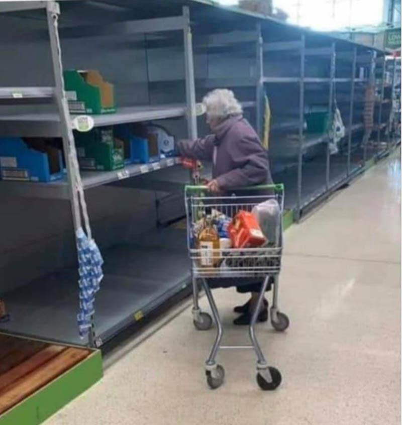 o que nao fazer na quarentena idosa no mercado prateleiras vazias