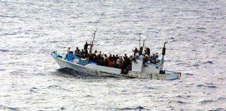 barco de refugiados cruzando canal da mancha inglaterra
