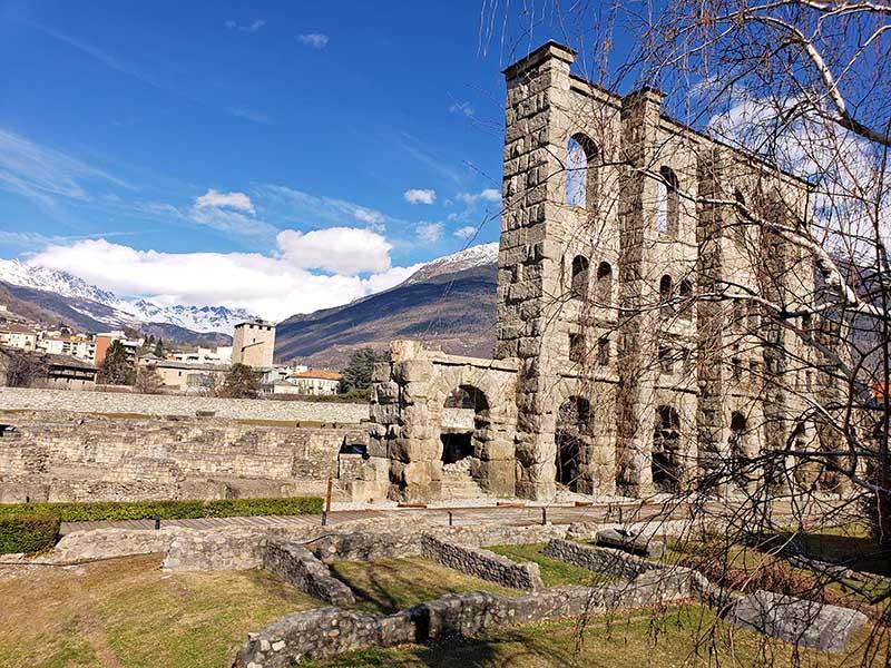 teatro romano ruinas aosta