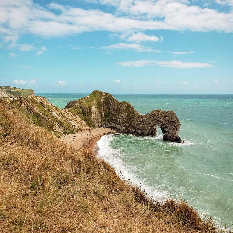 arco de pedra em praia inglaterra