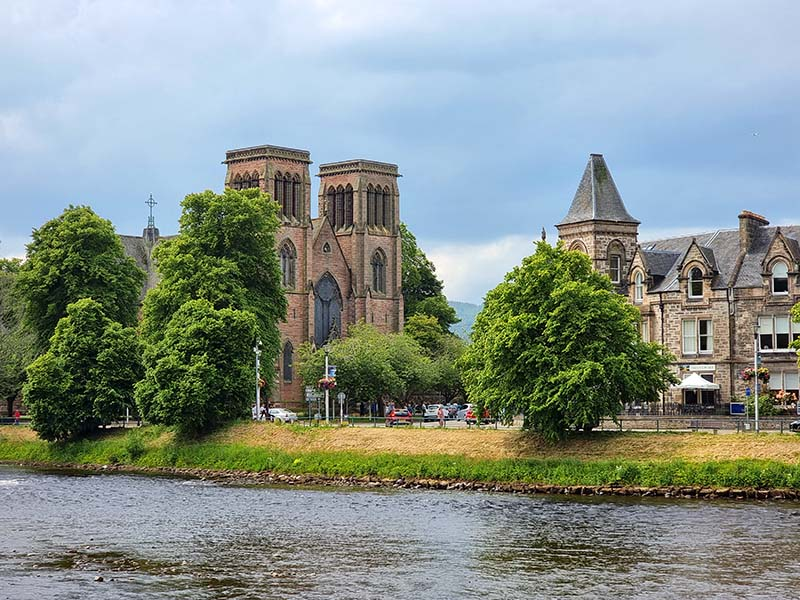 catedral de inverness nas margens rio ness