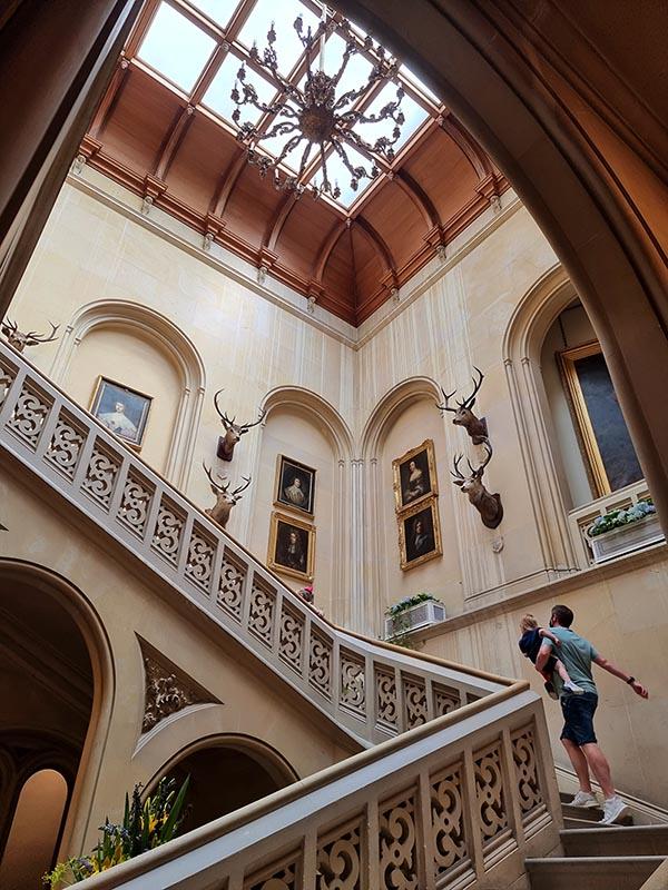 escadaria castelo cabecas e quadros