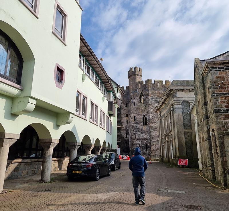 rua medieval ao lado da muralha do castelo de caernarfon