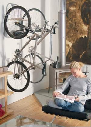 guardar a bicicleta no apartamento: na parede da sala