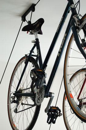 guardar a bicicleta no apartamento: no teto, com sistema de polias