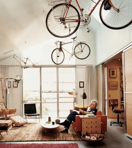 guardar a bicicleta no apartamento: pra quem tem pé direito alto