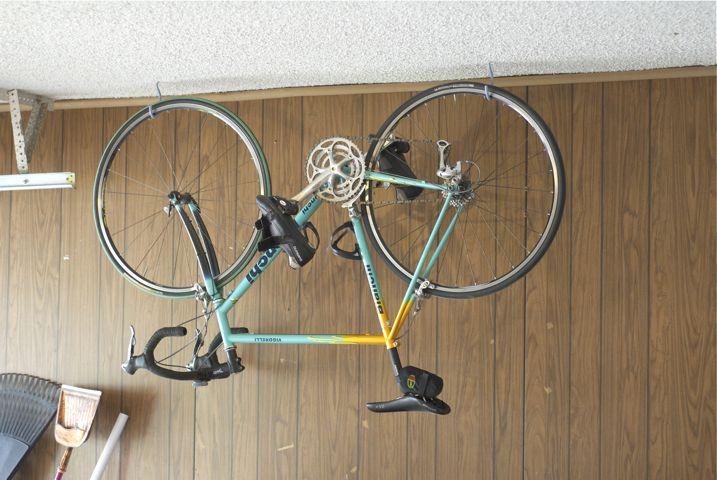 guardar a bicicleta no apartamento:: ganchos no teto