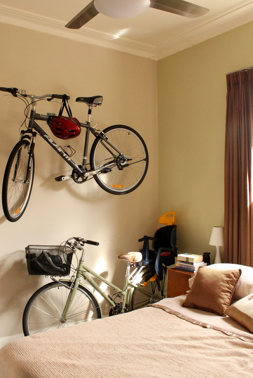 guardar a bicicleta no apartamento: na parede do quarto
