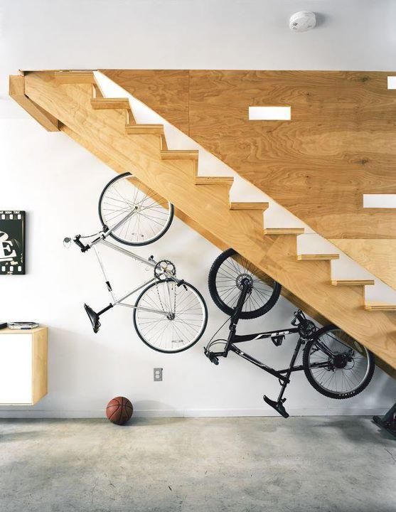 guardar a bicicleta no apartamento: aproveitando a escada