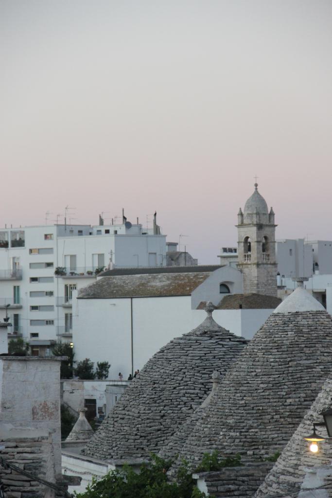 Fim de tarde em Alberobello. No detalhe, os telhados dos trullos