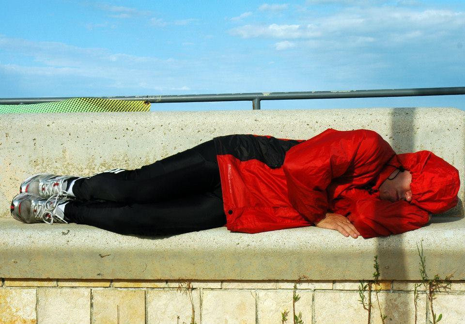No banco da praça. em Lendinuso: hora do cochilo. Foto: João Vicente Falabella