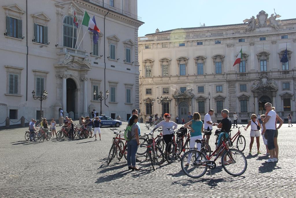 Os dois grupos do bike tour em frente ao Palácio Presidencial