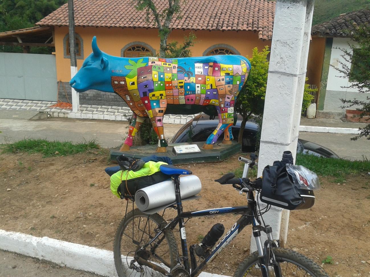 Cow Parade. Existem estas esculturas de vacas em diversas partes do mundo, como em Lima, Buenos Aires, Nova York, Paris, Sidney, Tóquio. Mas em São José dos Lopes!?!?!?! Legal mesmo!