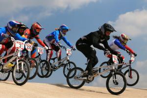 Atletas de bmx nos jogos olímpicos: capacete fechado
